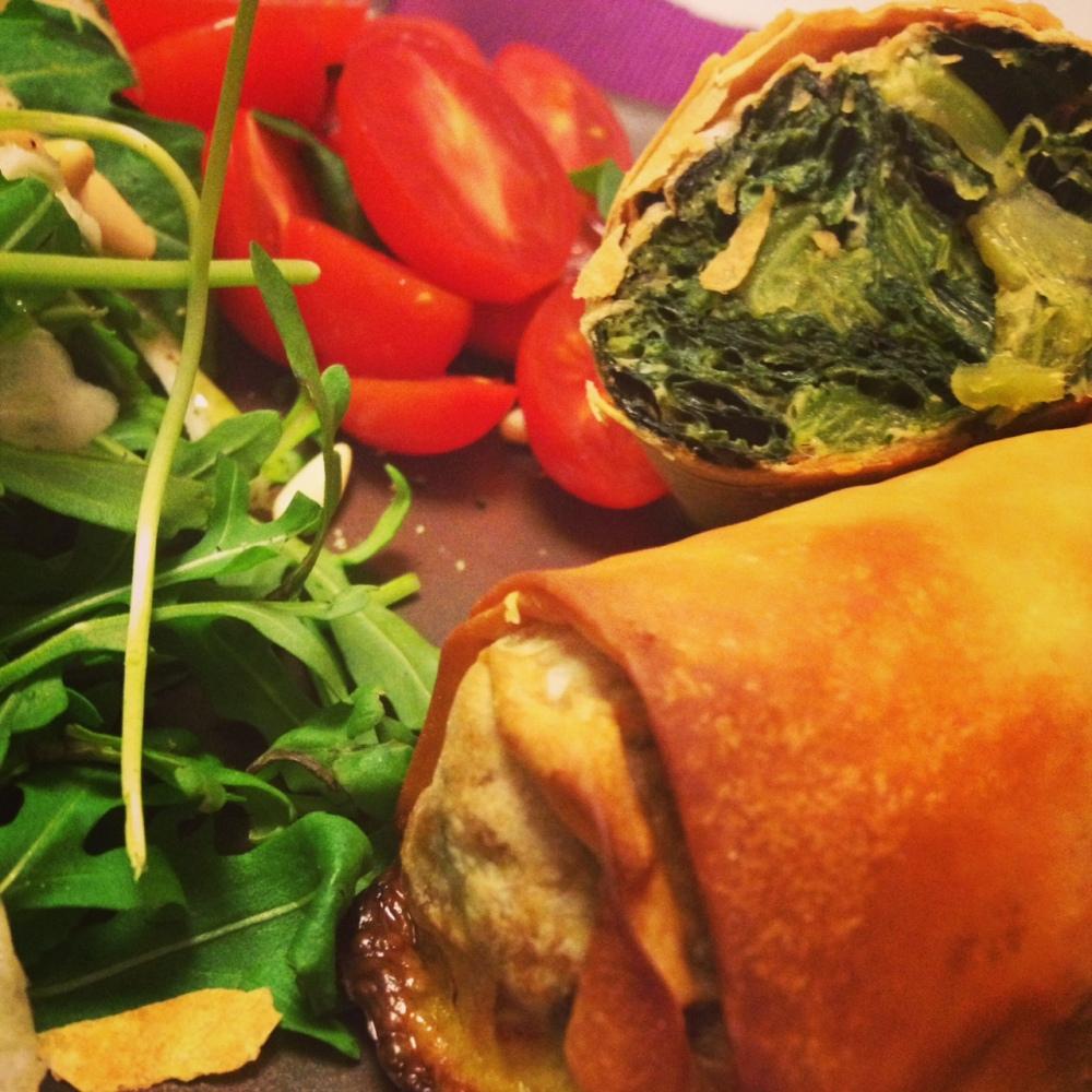 Involtini con cime di rapa con insalata di rucola, finocchi e pinoli