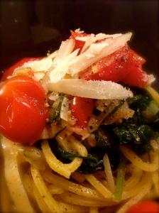 spaghetti alla chirarra agretti e porri primo piano