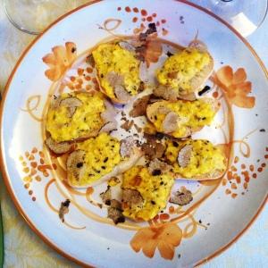 crostini con uovo e tartufo