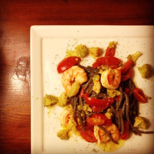 speghetti neri con gamberi e broccolo romanesco