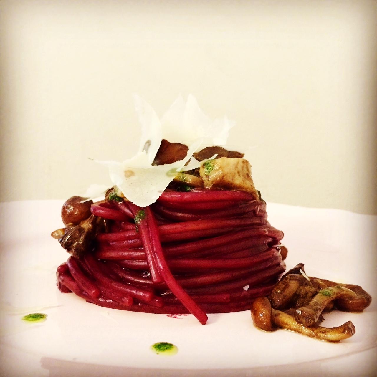 Spaghetti al lambrusco con salsiccia e funghi una for Alta cucina ricette